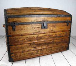 Baúl grande de madera antiguo